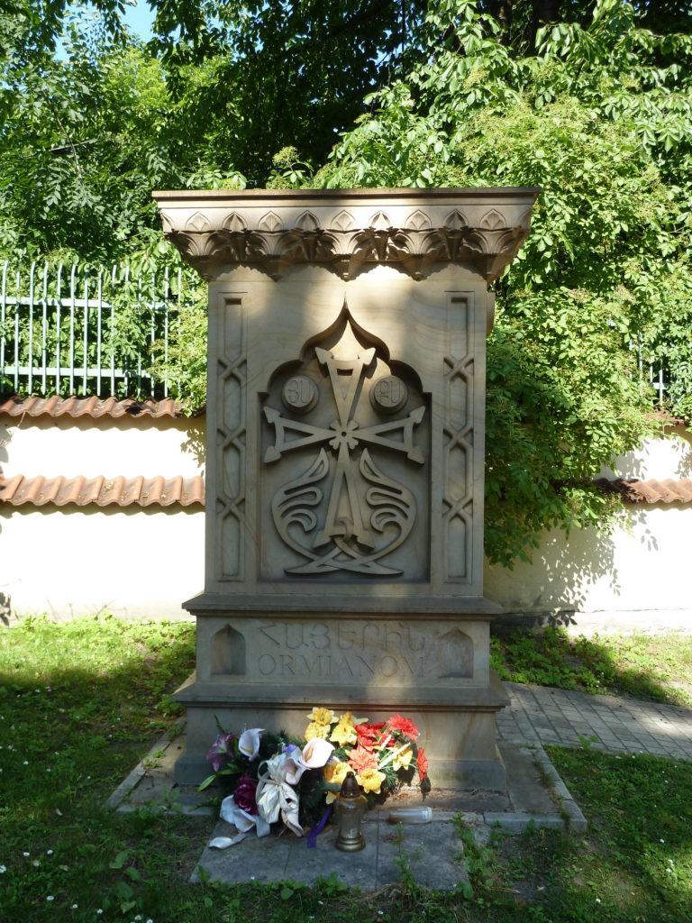 Polscy Ormianie i ich chaczkar przy kościele św. Mikołaja…